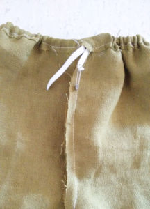Kinderhose nähen Gummizug einziehen und verknoten