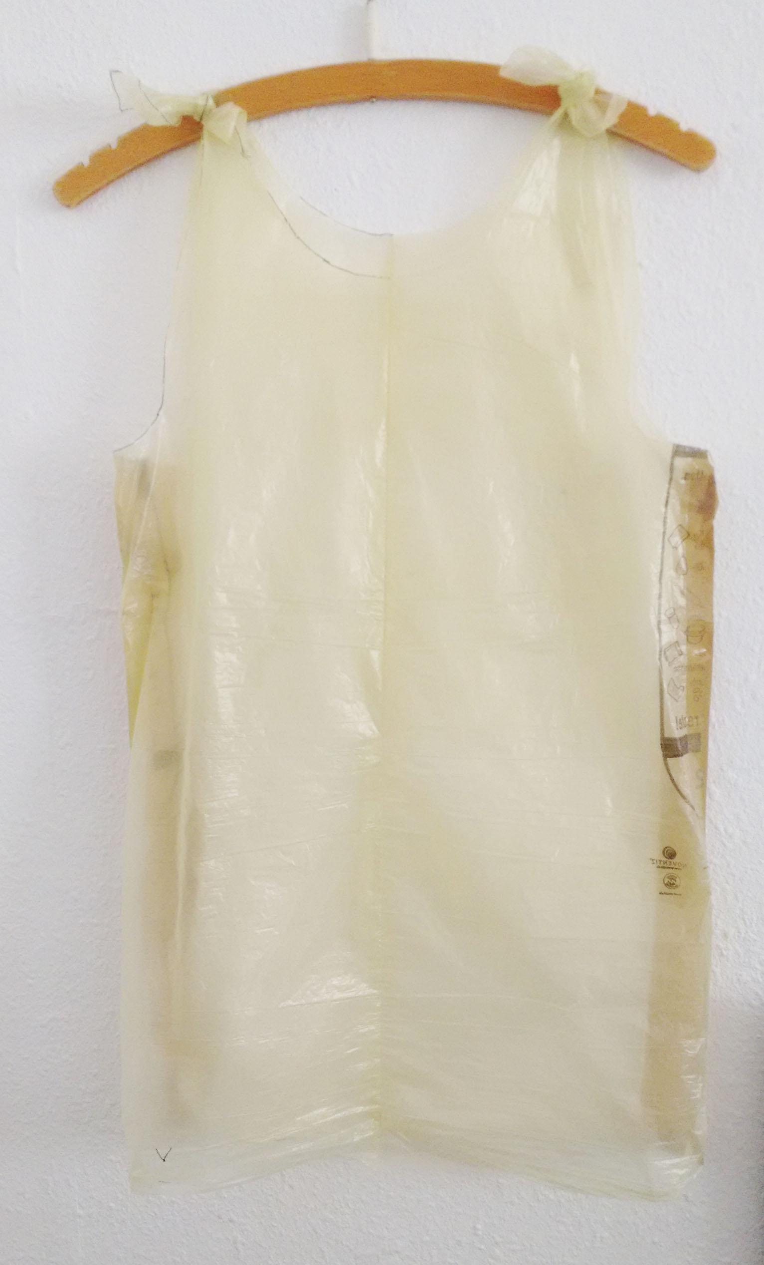 Probemodell aus gelben Säcken - ein Top mit Trägern zum Binden