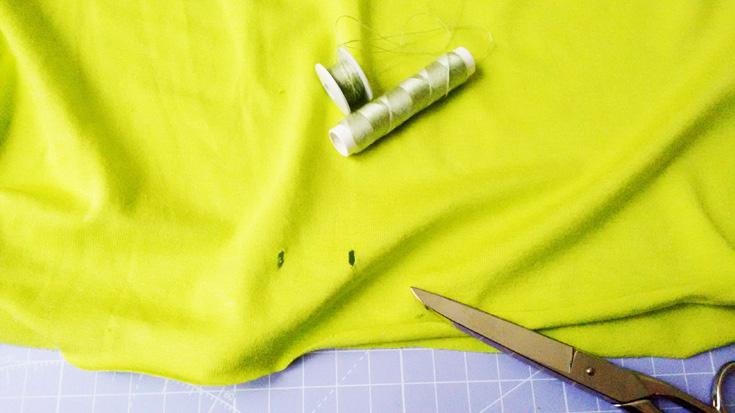 Einfaches Shirt nähen - Umnähen der Kordellöcher
